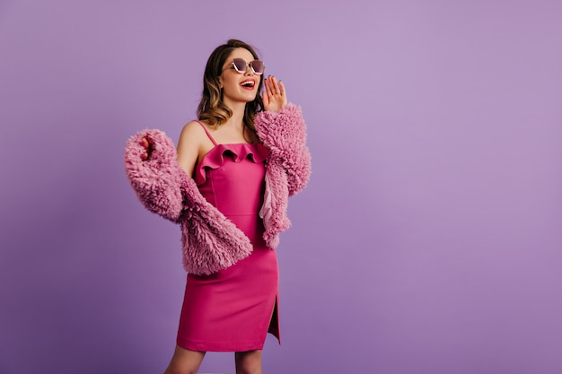 놀란 미소로 포즈를 취하는 열정적 인 여성 모델