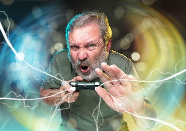 Восторженный геймер, радостный человек, держащий контроллер видеоигры