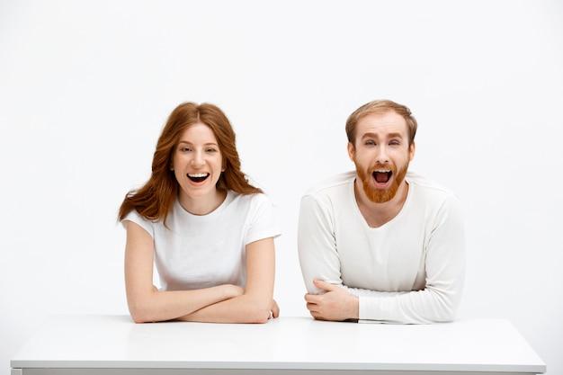 熱狂的で驚いたカップルの赤毛