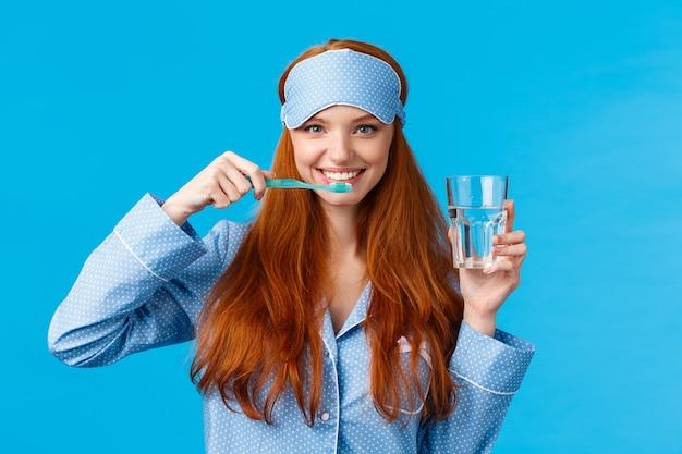 熱狂的な明るい、活気のある赤毛の女性