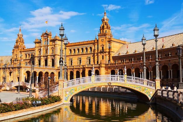 에스파냐 광장의 중앙 건물과 다리. 세비야, 스페인