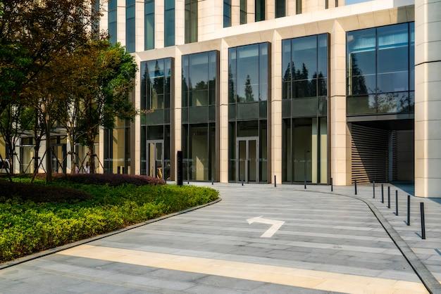 Вход и выход из офисного здания на площади шанхайского финансового района