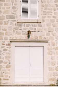 提灯の下の白い両開き扉からの入り口