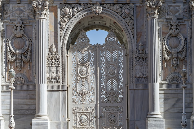 Dolmabahce 궁전, 이스탄불, 터키의 입구 게이트 화이트 빈티지 문.