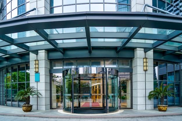 입구 유리 문 및 사무실 건물의 창