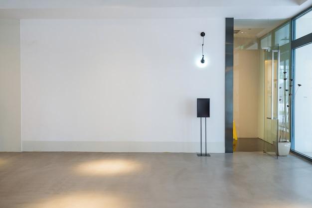 Прихожая и пустая плитка для пола, внутреннее пространство