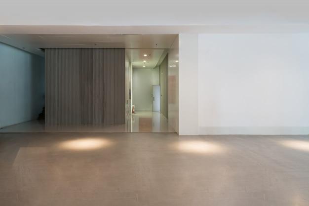 エントランスホールと空床タイル、内部空間