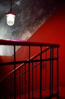 赤い壁と階段のあるエントランスホール。
