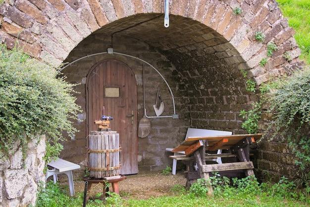 古いイタリアのワインセラーへの入り口