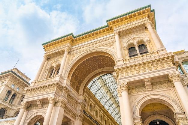 Вход в galleria vittorio emanuele ii в центре милана в италии.