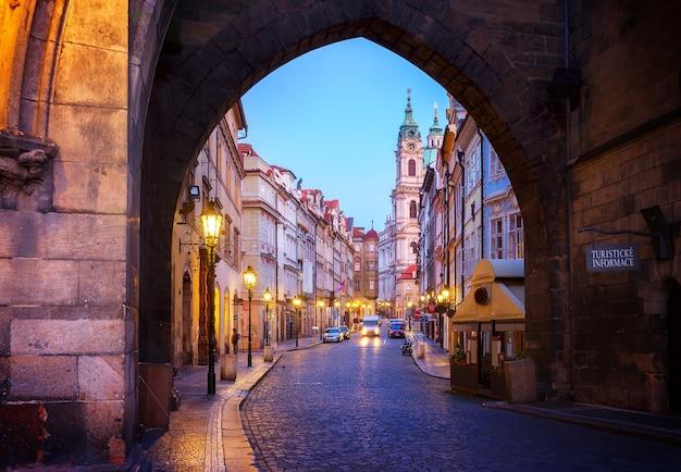 Вход в старый город градчаны ночью, прага, чехия, тонированный