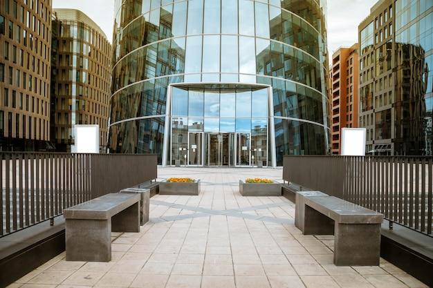 자동 문이있는 비즈니스 도시의 현대 오피스 빌딩 입구.