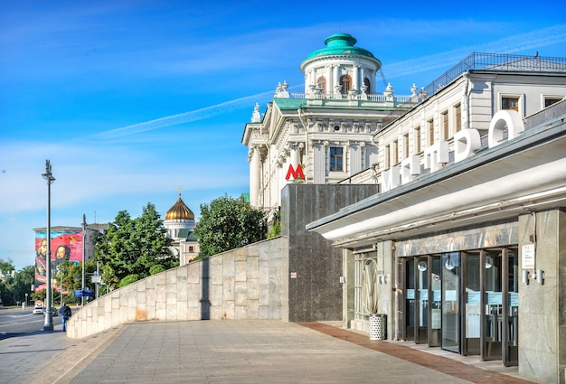 Вход на станцию метро боровицкая и храм христа спасителя в москве в летний солнечный день