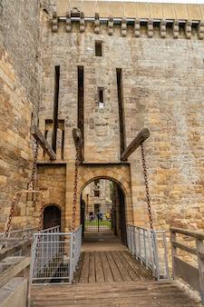 Вход в châ'â teau de la hunaudaye - средневековая крепость, французская бретань. исторический памятник франции