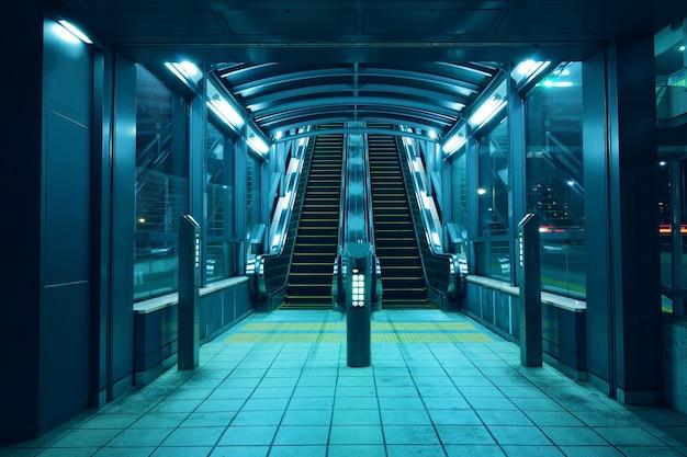 夜のイルミネーションが付いたエスカレーターホールへの入り口
