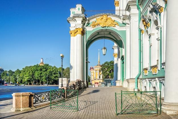 Вход в эрмитаж с белыми колоннами и видом на исаакиевский собор в санкт-петербурге и адмиралтейство летним утром.