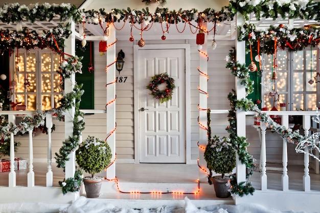 Вход в дом с крыльцом, украшенным на рождество