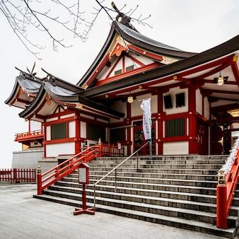 Вход в традиционный японский деревянный храм.