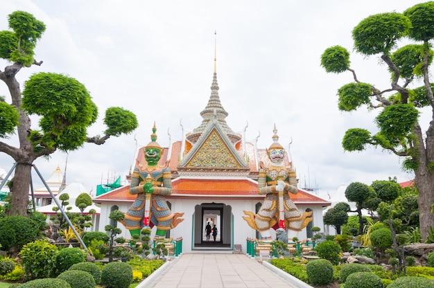 ワットアルン仏教寺院、ワットアルンラチャワララムまたは夜明けの寺院への入り口。陶器で飾られたタイの象徴、ワットアルンバンコクタイの巨大な像、素晴らしいタイ
