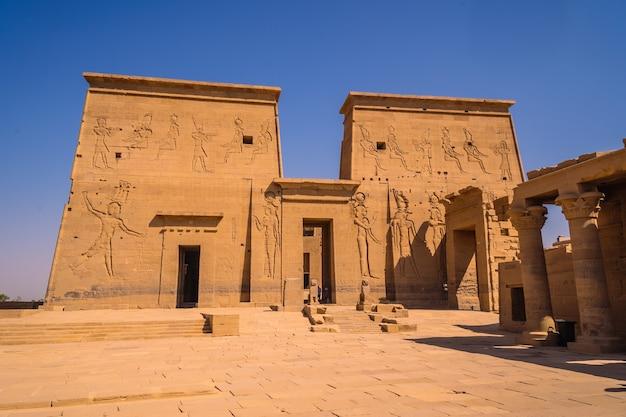 人のいないフィラエ神殿の美しいファラオの入り口、ギリシャローマの建設、イシスに捧げられた寺院、愛の女神。アスワン。エジプト人