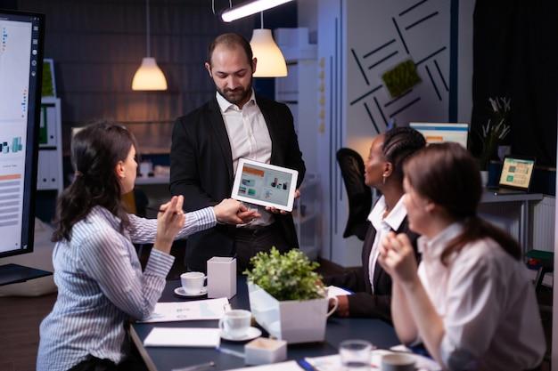 기업 프레젠테이션을 위해 태블릿을 사용하여 회사 전략을 보여주는 기업가 사업가