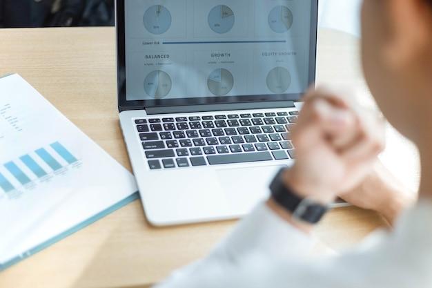 기업가 개념은 짧은 시간 동안 실행한 후 온라인 비즈니스에서 젊은 프리랜서 성공을 의미합니다.