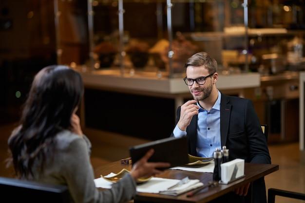 起業家は女性のスピーチに注意深く耳を傾けています