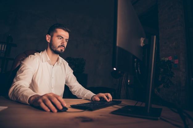 Предприниматель задумчиво смотрит в экран компьютера