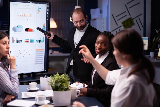 늦은 밤 사무실 회의실에서 열심히 일하는 기업가 남자 브레인 스토밍 관리 전략