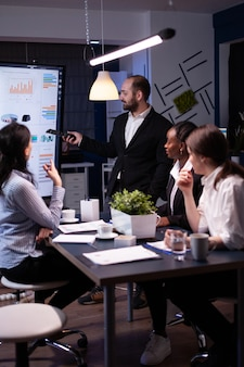 Предприниматель, мозговой штурм, стратегия управления, усердно работает в офисе встречи