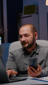 Предприниматель, общающийся с компанией, работает в команде на совещании по телефону, обсуждает экономику ...