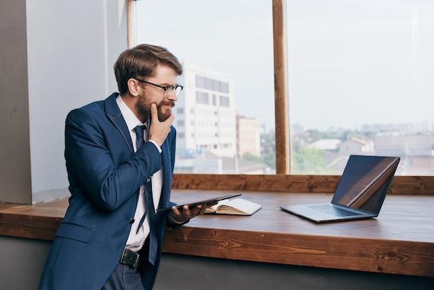 タブレット通信で窓の近くの起業家