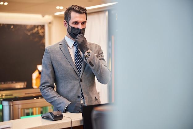 彼の顔からマスクを引っ張る起業家
