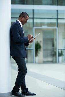 オンラインで記事を読む起業家
