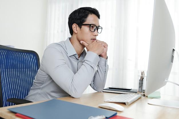 起業家が画面上でドキュメントを読む