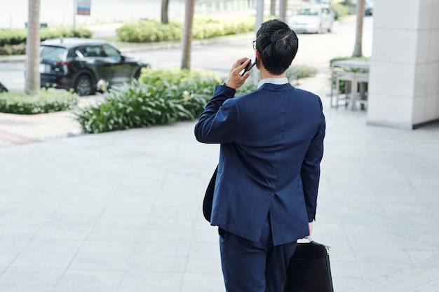 Предприниматель разговаривает по телефону