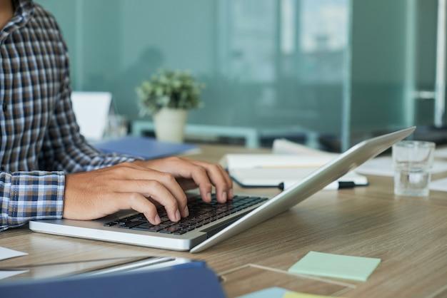 ノートパソコンで起業家の入力