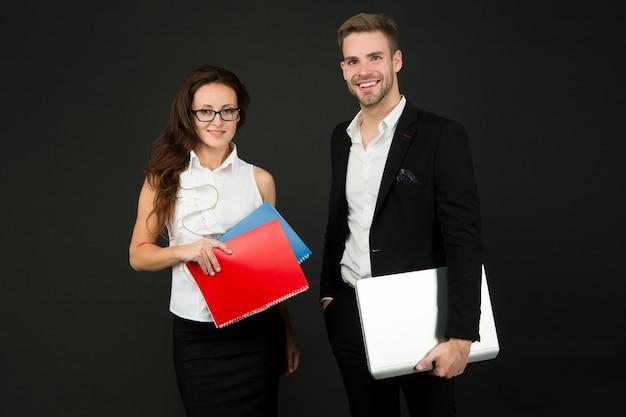 Предпринимательские отношения. пара деловых партнеров. бизнес-профессионалы за работой. сексуальная женщина и красивый мужчина держат деловые документы. официальная деловая встреча.