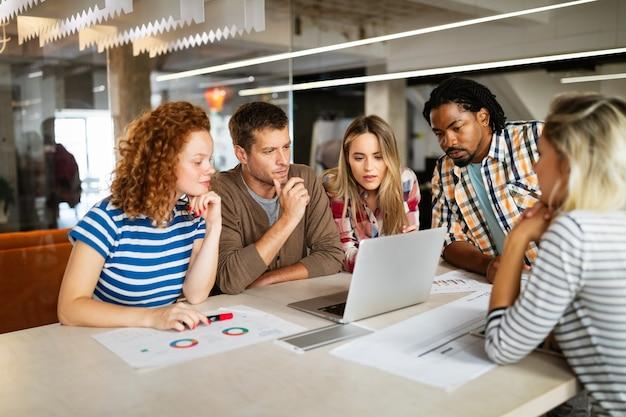 起業家デザイナー、建築家、ビジネスマン、モダンな会議室での会議