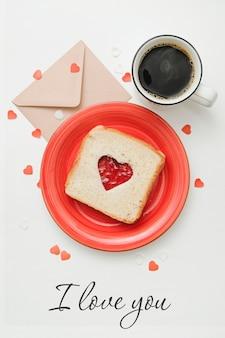 Композиция для открытки на день святого валентина с кофе, enveloope и sandwitch в форме сердца