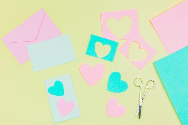 컬러 배경에 파란색과 분홍색 종이로 만든 봉투와 심장 모양