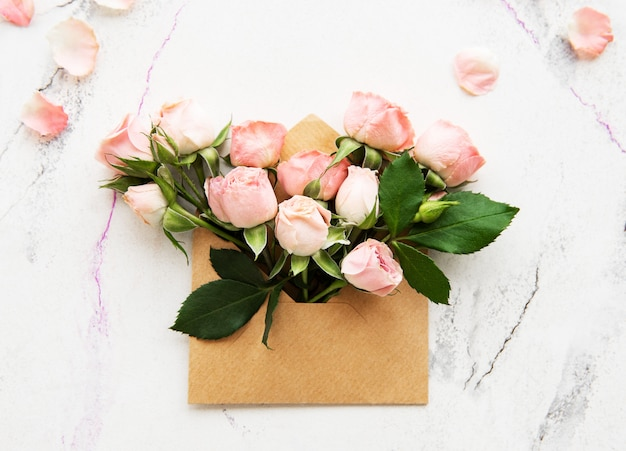 Конверт и розовые розы