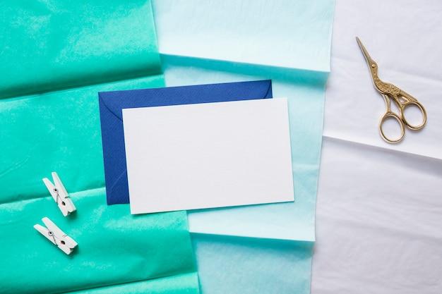グラデーション紙の封筒とはさみ