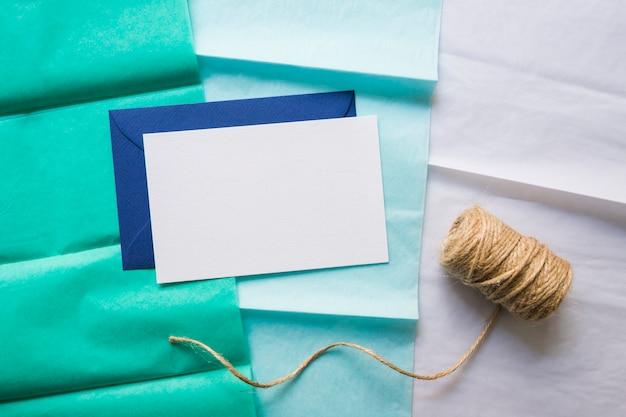 グラデーションペーパーライン上の封筒とテープ