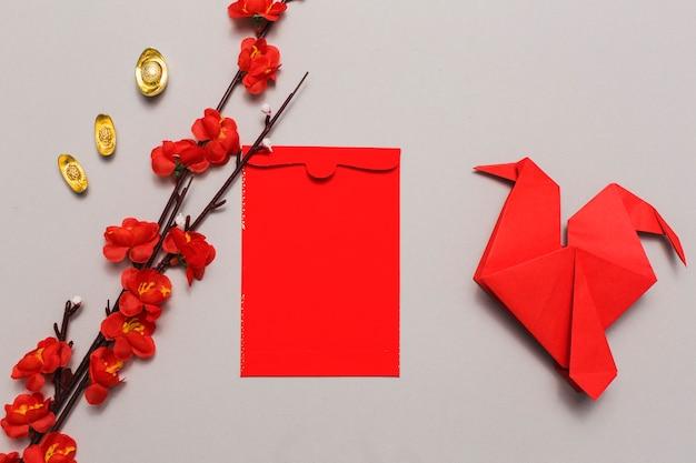開花枝と折り紙の間の封筒