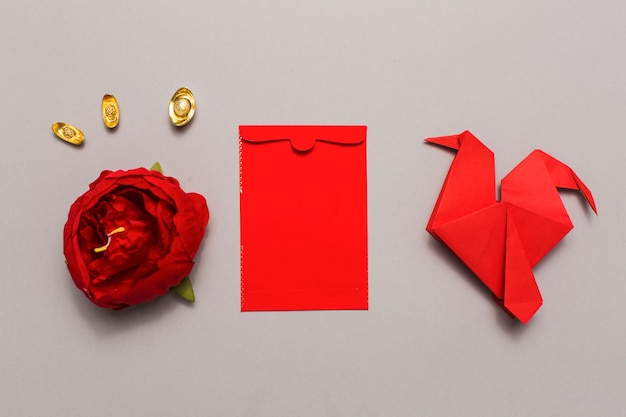 花の頭と折り紙の鳥の間の封筒