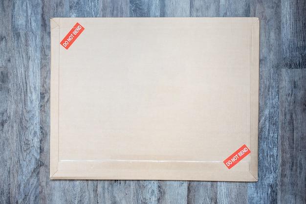 Конверт с красной пометкой почтовые отгрузки деловые документы документы хрупкие предметы