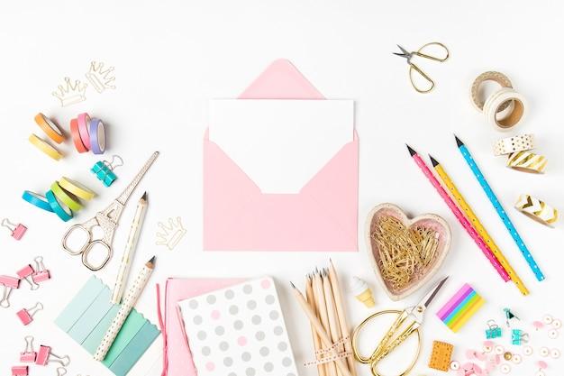 封筒のモックアップとスタイリッシュな文房具フラットレイトップビュートレンディな学校に戻るコンセプト