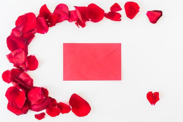붉은 꽃잎 세트 근처 봉투