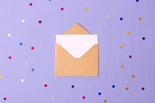 色付きの背景の上面図の封筒